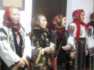 Elevi de la şcoala din Dărmăneşti au colindat redacţia Monitorului de Suceava