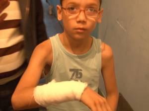 Copil de 10 ani, tăiat de un geam şubred din căminul social de la Industrial 2