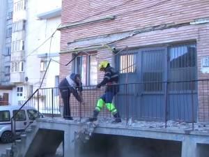 Tencuiala faţadei unui bloc din Obcini s-a prăbuşit chiar la intrarea în scară