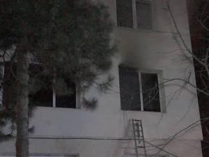 Incendiu violent, panică şi locatari evacuaţi, într-un bloc din cartierul George Enescu