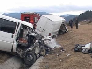Trei oameni morţi, alţi trei răniţi grav, după un impact între două microbuze