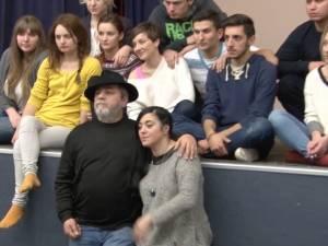 """Vica Bucun, coregrafa vedetelor de la """"Dansez pentru tine"""", îi pregăteşte pe actorii trupei de teatru studenţesc Fabulinus"""