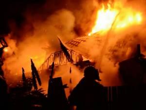 O vilă de 300.000 de euro, a familiei care deţine pensiunea Băgdăneasa, distrusă de un puternic incendiu