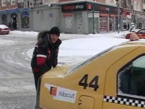 Stradă blocată de un taximetrist care şi-a lăsat maşina pe avarie în mijlocul drumului