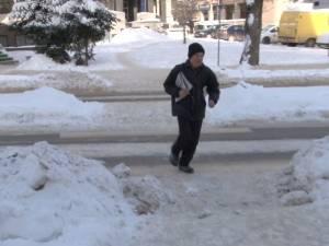 Aleargă de 20 de ani pe străzi, cu ziarele sub braţ