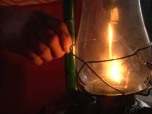 Trăiesc de-o viaţă fără curent electric, la 15 kilometri de Suceava