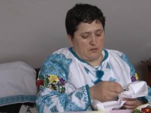 Elena Iurciuc, din Şerbăuţi, împodobeştele cămăşile tradiţionale cu mii de mărgele colorate