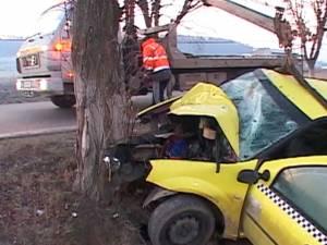 Taximetrist de 21 de ani, mort după ce s-a izbit într-un copac