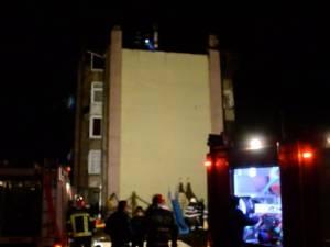 Locatari evacuaţi în toiul nopţii, după ce acoperişul blocului a fost cuprins de flăcări