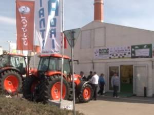 Zeci de standuri şi abundenţă de produse tradiţionale, la târgul de agricultură şi industrie alimentară