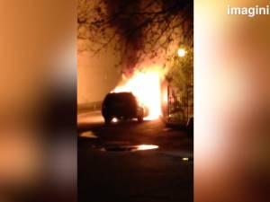 Maşina unui poliţist sucevean, cuprinsă de flăcări luni noapte