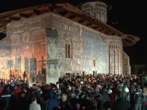 Zeci de mii de oameni au luat Lumina Sfântă de la bisericile şi mănăstirile din Bucovina