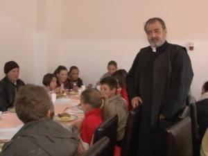 """Preotul Mihai Negrea, din """"Top 10 Suceveni"""", a luat în grija sa alte câteva zeci de copii"""