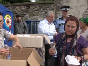 5.000 de sarmale şi sticle cu apă, oferite de primarul Ion Lungu pelerinilor veniţi la hramul Sucevei