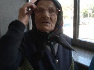 Tanti Margareta, bătrâna care la 91 de ani cutreieră ţara cu trenul şi face şi bani din asta