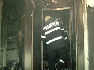 Explozie într-un bloc, provocată intenționat de un necunoscut care a fugit cu hainele cuprinse de flăcări