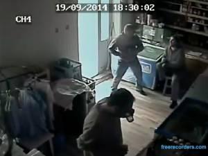 Bărbatul înjunghiat într-un magazin se teme pentru viața lui și nu înțelege de ce procurorii l-au lăsat liber pe agresor