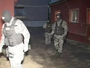 """Decebal şi Traian """"Turu"""", încătușați după șapte percheziții cu 50 de polițiști"""