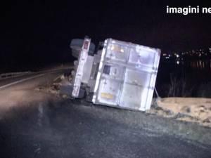Camion răsturnat la intrarea în Fălticeni dinspre Suceava