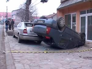 Un şofer de 21 de ani, băut, s-a răsturnat cu maşina pe trotuar, la intrarea în Suceava