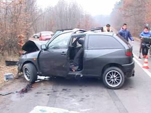 Accident cu trei răniţi, la Adâncata, după ce o maşină a derapat într-o curbă