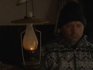 Trăiesc la lumânare şi lampă cu petrol, la doar câţiva kilometri de Suceava