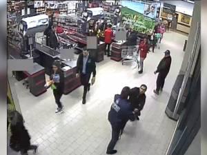 Un agent de pază de la Kaufland Rădăuţi a fost bătut de un hoţ, sub privirile nepăsătoare a zeci de oameni