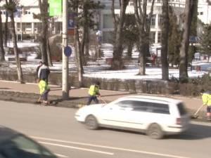 Străzile Sucevei, curăţate de sutele de tone de material antiderapant aruncat în această iarnă