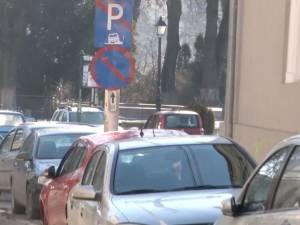 Poliţiştii locali constată aproape 100 de parcări neregulamentare pe zi, numai în centrul Sucevei