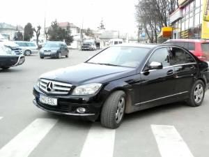 Maşini parcate în bătaie de joc, la tot pasul în Suceava, în ciuda acţiunilor Poliţiei Locale