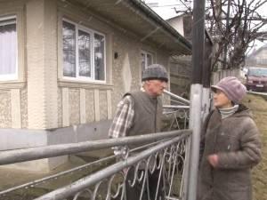 Doi vârstnici şi-au găsit curtea casei plină cu reziduuri din fosa unei toalete