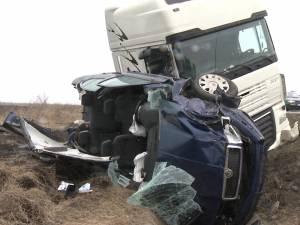 Doi şefi de la ACET Suceava şi doi colegi ai acestora, accidentaţi de un tir care a intrat pe contrasens