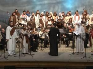 """Aplauze la scenă deschisă după spectacolul dramatic prepascal susţinut de Corala """"Armonia"""" din Constanţa"""