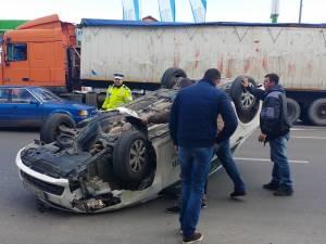 Maşină răsturnată pe artera principală a Sucevei, după un impact cu un taxi