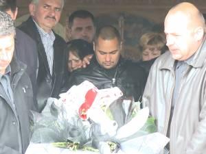 Abdul, iubitul tinerei moarte în urma accidentului cu maşina off-road, ţinut să nu se arunce în groapă, la înmormântare