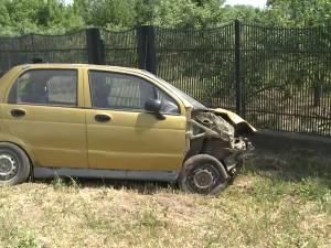 O maşină în care se aflau trei oameni s-a răsturnat într-o curbă periculoasă