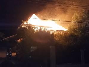 Incendiu de proporţii la două gospodării din Marginea