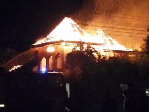 Un incendiu a făcut prăpăd în două gospodării din Marginea. Proprietarii nu au reuşit să-şi salveze nici măcar banii