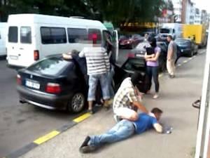 Prinşi de cagulişti în centrul Sucevei, după ce-au ridicat un colet cu droguri de la o firmă de transport internaţional