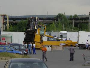 O automacara neasigurată la sol s-a răsturnat în parcarea Iulius Mall