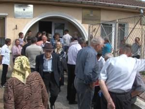 Bătrâni descumpăniţi, pe holurile APIA, în ultima zi în care s-au putut solicita subvenţii fără penalizări