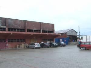 Ruina Centrului Comercial Rozita, pusă sub sigiliu de şase luni, se transformă într-un focar de infecţie
