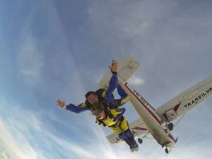 O femeie cu dizabilităţi a sărit în tandem cu paraşuta de la 3.000 de metri altitudine