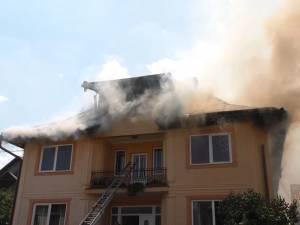 O vilă în flăcări, alte două gospodării afectate de incendiu şi prim ajutor oferit pentru şapte pompieri din cauza temperaturilor extreme