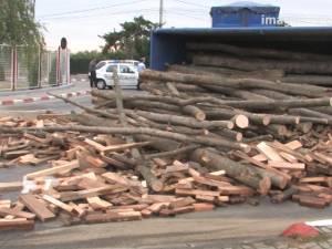 Un camion condus de un sucevean s-a răsturnat într-un sens giratoriu din Botoşani