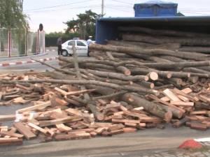 Un camion cu lemne condus de un sucevean s-a răsturnat într-un sens giratoriu din Botoşani
