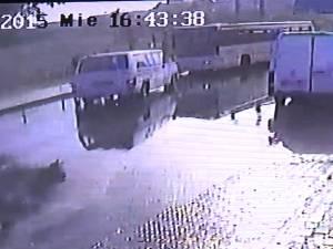 O autoutilitară intrată pe contrasens a izbit în plin un autobuz, pe o stradă din Suceava