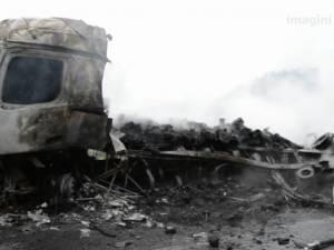 Două autotrenuri s-au ciocnit într-o curbă şi au luat foc