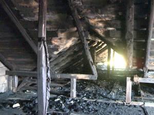 Casa mirilor, incendiată de o mână criminală în timp ce tinerii petreceau la nuntă