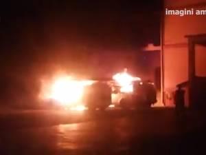Maşinile unei firme de securitate din Suceava, incendiate de o mână criminală